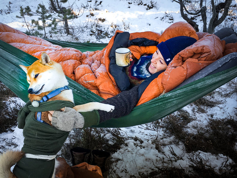 Bilde av jente som ligger i en hammuck med en sovepose og en lakenpose