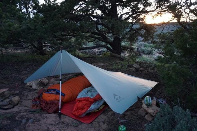 bilde av to soveposer ute i naturen